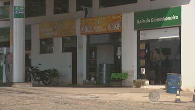Frentista é baleado durante assalto em Paulínia, SP - Um frentista foi baleado durante um assalto a posto de gasolina neste fim de semana em Paulínia (SP). Os assaltantes fugiram com R$ 500.