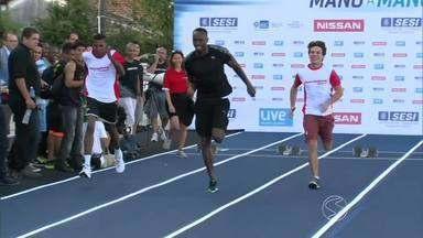 Morador de Barra Mansa, RJ, disputa corrida com jamaicano Usain Bolt - Johny Pereira da Silva foi selecionado em sorteio entre funcionários de montadora de veículos para correr ao lado do homem mais rápido do mundo.