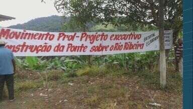 Moradores de Eldorado fecham estrada para protestar - Eles pedem ponte sobre o Rio Ribeira.