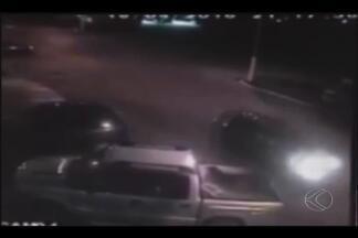 Câmera de segurança registra acidente em Monte Carmelo - Caminhonete atinge veículos estacionados na porta de hotel. Motorista e passageiros tiveram ferimentos leves.
