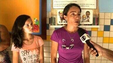 Falta de professores de libra tem prejudicado alunos com deficiência auditiva em Arapiraca - Sem a ajuda desses profissionais capacitados, estudantes de uma escola da rede pública na cidade não conseguem acompanhar o conteúdo das aulas.