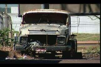Posturas divulga balanço de carros abandonados recolhidos em Uberaba - Foram 29 veículos apreendidos em vias públicas no primeiro trimestre. Entulhos dispostos em calçadas equivalem a 35% das multas pela Settrans.