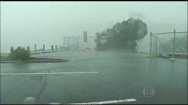 Tempestade com força de ciclone mata três pessoas na Austrália - Chuva forte e ventos de até 135km/h atingiram a província de Nova Gales do Sul, onde fica Sydney, a maior cidade da Austrália. Várias outras cidades ficaram alagadas. Mais de 200 mil casas estão sem luz.