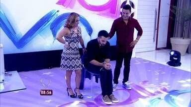 Mágico Renner é o convidado do programa e é amarrado pelos apresentadores - Cissa Guimarães e André Marques viram assistentes do mágico