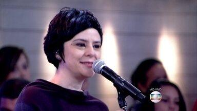 """Fernanda Takai abre o Encontro com a música """"O Ritmo da Chuva"""" - Cantora embala os convidados no início do programa"""