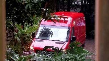 Ana Maria mostra que tem um carro de bombeiros fora do estúdio - Apresentadora faz mistério sobre a presença do automóvel no programa