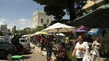 Ambulantes tomam Praça José de Alencar, no Centro de Fortaleza - Os pedestres querem mais organização.