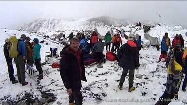 Avalanche no Monte Everest matou 18 pessoas - Esse foi o pior desastre já registrado na maior montanha do mundo. Muitos alpinistas continuam isolados. A avalanche, provocada pelo terremoto no Nepal, destruiu todas as trilhas e bloqueou o caminho de volta.