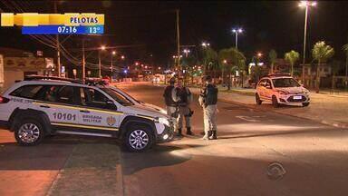 Menino é morto a tiros em avenida do Bairro Restinga, em Porto Alegre - Brigada Militar suspeita de desavença do tráfico ou morte por engano.