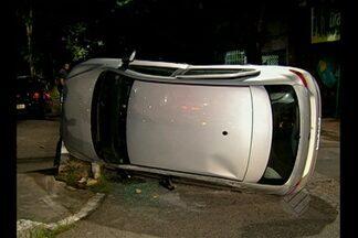 Carro capota depois de bater em outro, no cruzamento da Vileta com a Romulo Maiorana - Moradores reclamam que a falta de sinalização na área está provocando muitos acidentes.