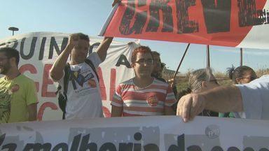 Professores fazem manifestação e interditam rodovia em Campinas - O protesto interditou um trecho da Rodovia Jornalista Francisco Aguirre Proença (SP-101), que liga Campinas (SP) a Monte Mor (SP), na manhã desta quarta-feira (29). Os educadores estão em greve por melhores salários e condições de trabalho há 48 dias.
