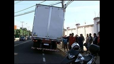 Guarda multa dezenas de caminhões por descarregar em local proibido - Guardas municipais flagraram dezenas de motoristas descarregando caminhões em local proibido, na frente de um hipermercado, na manhã desta quarta-feira (29), na Avenida América, em São José do Rio Preto (SP). A placa proibindo o estacionamento foi colocada porque os caminhões estavam arrancando os fios dos postes na hora de manobrar.