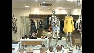 Donos de boutiques investem em profissional para caprichar nas vitrines em Rio Preto - A instabilidade da economia deixa muitos comerciantes inseguros, mas a ajuda de um profissional pode fazer a diferença na hora de garantir as vendas. Donos de boutiques, por exemplo, capricham nas vitrines para manter o cliente interessado.