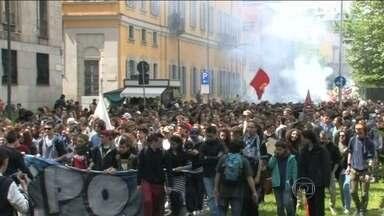 Manifestantes protestam contra Expo 2015, em Milão - Na quinta-feira (30), 2 mil pessoas já saíram às ruas de Milão. Os manifestantes protestam contra o custo do evento: o equivalente a R$ 307 milhões. Em época de crise, eles acham que o dinheiro deveria ser gasto no incentivo ao crescimento econômico.