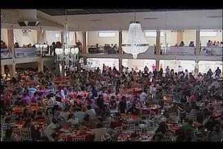 Moradores de Uberlândia e região aproveitam Dia do Trabalho com festa - População assistiu apresentações artísticas. Associados de sindicato participaram de almoço festivo.