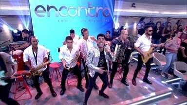 Gabriel Diniz abre o Encontro com música - Cantor embala plateia com sucesso