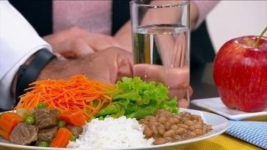 Grávidas não devem comer a mais e sim melhor qualidade - O ginecologista José Bento explica que é preciso aumentar em apenas 200g, 250g a ingestão de calorias. As gestantes devem evitar o sal, a farinha e o açúcar.