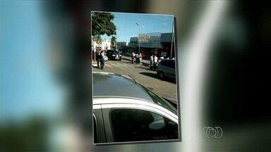 Mulher é atropelada por ônibus em faixa de pedestres, em Goiânia - O acidente aconteceu no Eixo da Avenida Anhanguera, no Centro.