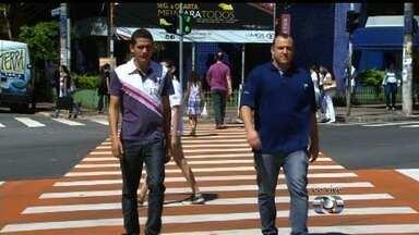 Faixa de pedestres transversal reduz tempo de travessia em rua de Goiânia - Tempo para cruzar ruas caiu de 2 minutos para 25 segundos, em média. Novidade agradou a pedestres, mas motoristas reclamam de semáforo.