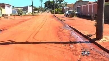 Semob limpa bueiros no Conjunto Vera Cruz II, em Goiânia - Equipe visitou o local após mais de 30 casas ficarem alagadas durante chuva na capital.