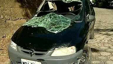 Carro caiu de altura de cinco metros em Colatina, Noroeste do ES - Acidente aconteceu na madrugada deste sábado (9). Ninguém ficou ferido.