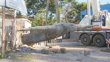 Cristo de loja em Varginha é reerguido após ter sido 'atropelado' por caminhão - Cristo de loja em Varginha é reerguido após ter sido 'atropelado' por caminhão