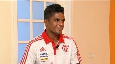 Após passar por 12 clubes, Almir exalta novo recomeço no Flamengo - Jogador deve estrear contra o São Paulo no primeiro jogo do clube rubro-negro no Campeonato Brasileiro.
