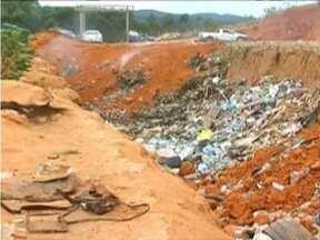 Lixo próximo as casa do Minha Casa Minha incomoda moradores em Novo Cruzeiro - Prefeito do município diz que problema será resolvido.