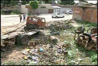 Entulhos e lixos abandonados em terreno baldio aumenta o risco de dengue em Campos, no RJ - Terreno fica aom lado de uma creche.