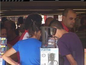 Ruas ficam movimentadas, mas lojistas não comemoram vendas dos Dia das Mães em Macaé - Comerciantes esperam vender apenas 10% a mais que ano passado.