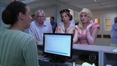 Princesa em apuros! Aurora se fere em máquina de costura - Ao lado de sua governanta, ela suplica por ajuda