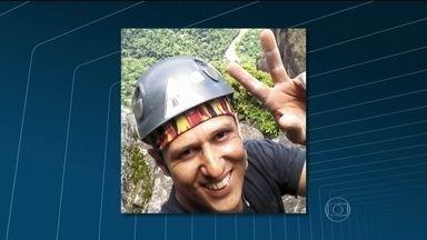 Alpinista morre ao entrar em comunidade em Caxias, no RJ, por engano - Um alpinista que seguia do Rio de Janeiro para Petrópolis morreu baleado. Ele entrou por engano em uma comunidade de Duque de Caxias, na Baixada Fluminense, e foi assassinado.