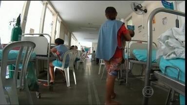 Superlotação chega no principal hospital pediátrico do Ceará - Em corredores lotados, as crianças estão em tratamento. Ficam ao lado das vidraças e até embaixo de caixas de alta tensão. Algumas estão com doenças como dengue e sarampo. Atualmente, são 50 crianças internadas nestas condições.