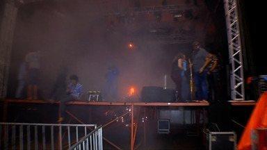 Explosão de um transformados quase termina em tragédia em Tangará da Serra (MT) - O fogo surgiu aos fundos de um palco onde estava ocorrendo o show de uma dupla sertaneja em comemoração aos 139 anos da cidade.