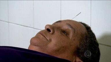 Idosas usam acupuntura para aliviar dores crônicas - Acupuntura é um tratamento recomendado por médicos para pessoas que tem dores crônicas. O tratamento tem efeito analgésico, anti-inflamatório e relaxante.
