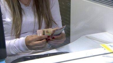 Empresários estão com dificuldade de pagar as dívidas - Uma pesquisa do Serviço de Proteção ao Crédito mostra que está aumentando a inadimplência das empresas. Por região do país, em primeiro lugar vem o Sudeste, com quase 44% de empresários endividados. Depois vem o Nordeste, com quase 20%.