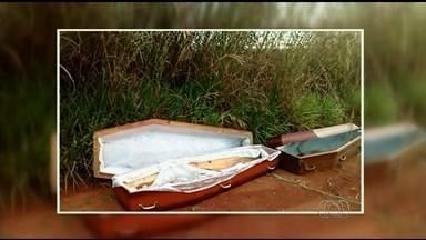Caixões com marcas de sangue são encontrados em estrada de Goiás - Polícia suspeita que eles tenham sido descartados de maneira irregular. Urnas foram levadas para o IML de Luziânia, onde passarão por perícia.