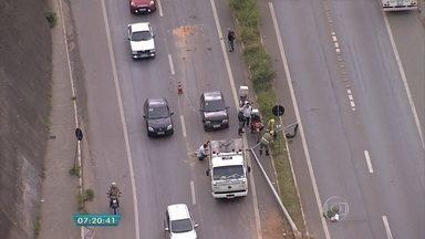 Carro bate em poste na MG-20, em Belo Horizonte - Acidente complica o trânsito na altura do bairro Novo Aarão Reis.