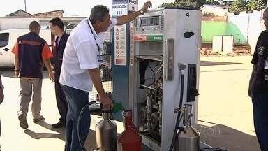 Postos de combustíveis são fiscalizados na Região Metropolitana de Goiânia - Os fiscais observam a qualidade do produto e se o consumidor está mesmo levando pela quantia que pagou.