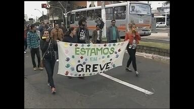 Greve dos servidores de Marília entra no sexto dia - Em Marília, a greve dos servidores municipais entra nesta terça-feira (19) no sexto dia. Eles fizeram um protesto na câmara municipal ontem.