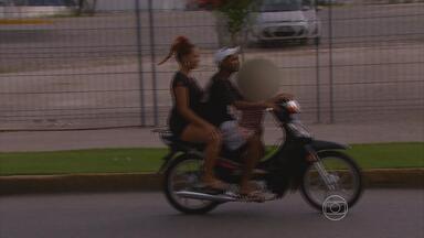 Motociclistas transgridem regras de trânsito e põem vida em risco - NETV 1ª Edição desta terça-feira (19) flagra infrações principalmente dos proprietários das chamadas cinquentinhas.
