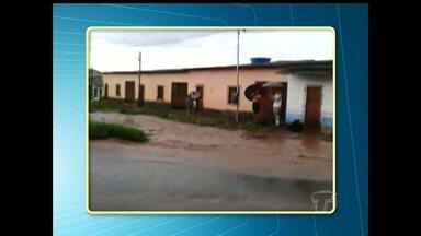Telespectador flagra dificuldades que alunos enfrentam para atravessar rua após chuvas - Registro foi feito na manhã desta terça-feira (19), pelo telespectador Thiago Henrique Sousa.