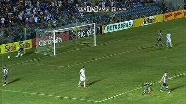 Aos 11, Assisinho finaliza de fora da área e a bola passa à esquerda do gol - Assisinho finaliza de fora da área e a bola passa à esquerda do gol de João Ricardo! Boa resposta