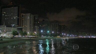 Três pessoas são esfaqueadas durante assaltos em Fortaleza - Dois turistas estrangeiros estão entre as vítimas. No domingo (17), um uruguaio e um cearense que estavam em diferentes pontos aqui do calçadão foram feridos a faca por assaltantes.