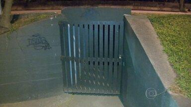 Mulher fica ferida após levar golpes de canivete em São Conrado - A mulher de 31 anos foi atacada na passagem subterrânea que corta a Autoestrada Lagoa-Barra, na tarde desta quarta-feira (20).