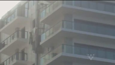 Vídeo mostra momento exato em que operário ficou pendurado em prédio em construção - Trabalhador só foi salvo porque estava usando o equipamento necessário de proteção.