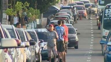 Motoristas fazem fila para comprar gasolina livre de impostos, em Manaus - Posto 3000, na Av. Djalma Batista, comercializa o combustível a R$ 2,20.Ação teve início às 7h desta quinta e deve abastecer 250 veículos.