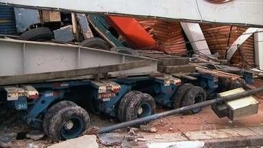 Carreta bate em duas lojas e bloqueia grande avenida de São Paulo - A carreta transportava um transformador de 565 toneladas. Ela bateu em duas lojas e bloqueou uma avenida da Zona Sul da cidade. Ninguém se feriu no acidente, mas o trânsito em direção à cidade de Diadema ficou travado.