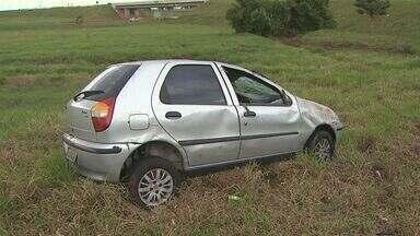 Carro capota na rodovia Anhanguera em Jardinópolis, SP - Veículo com placas de Ribeirão Preto foi parar em barranco, mas motorista não teve ferimentos.