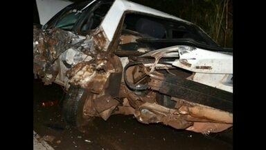 Moradores de Bastos morrem atropelados em rodovia de Parapuã - Dois moradores de Bastos morreram atropelados no fim semana na rodovia Comandante João Ribeiro de Barros, em Parapuã. Segundo informações da polícia, as vítimas desceram do carro em que viajavam e estavam na pista quando foram atingidas por outro carro, que depois do atropelamento ainda bateu no veículo parado. A motorista não se feriu.